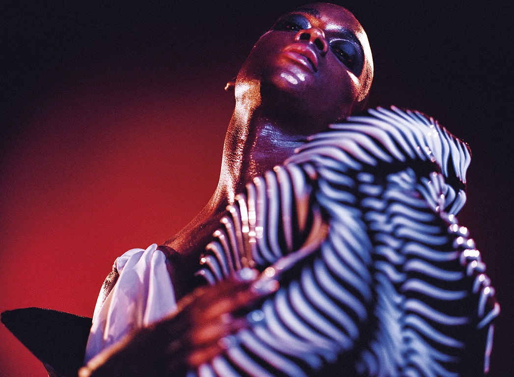 Lotic : chasseuse au groove moderne